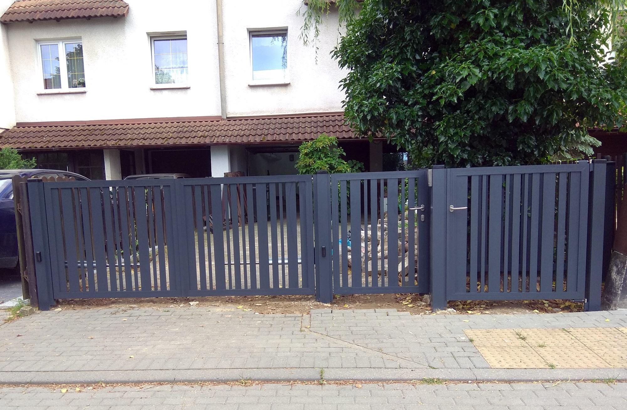 Brama z pionowymi panelami