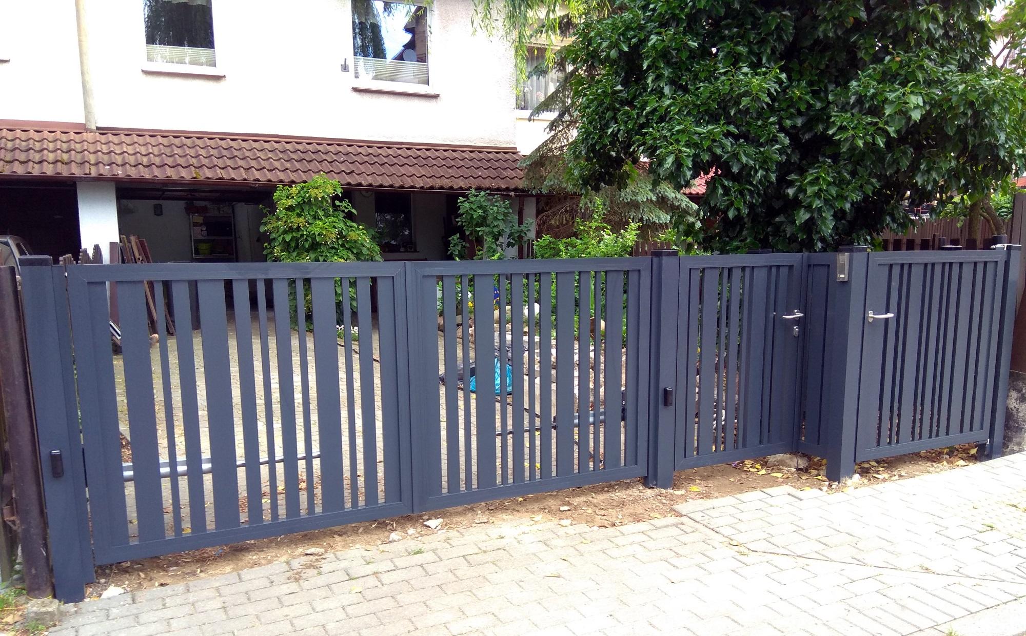 Aluminiowa brama z pionowym wypełnieniem
